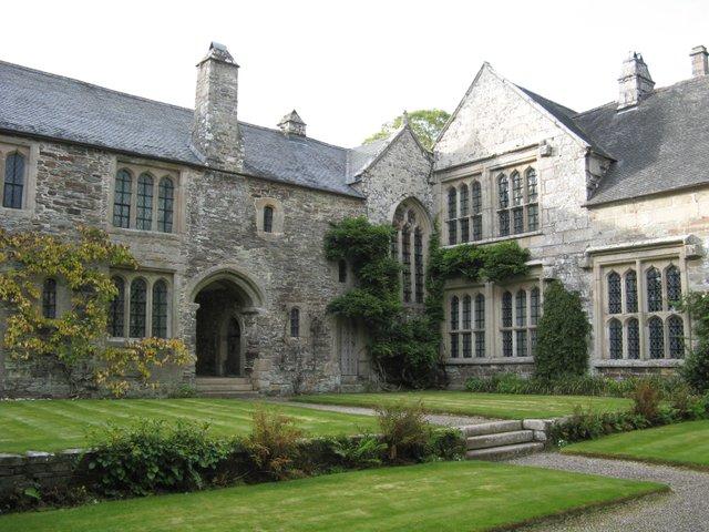 Cotehele,_house_from_courtyard.jpg